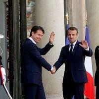 """Parigi, tregua Macron-Conte: """"Voltare pagina sui migranti"""". Ma l'Eliseo attacca Salvini:..."""