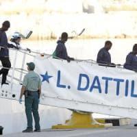 """Aquarius a Valencia, Salvini provoca: """"Ne accolgano altri 66 mila"""". Renzi: """"Fa il bullo..."""