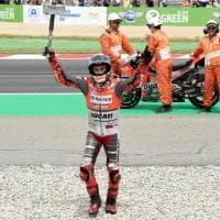 Lorenzo vince a Barcellona e fa festa col martello