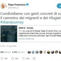 """Anche il Papa attaccato sui social: """"I migranti e rifugiati accoglili tu in Vaticano"""""""