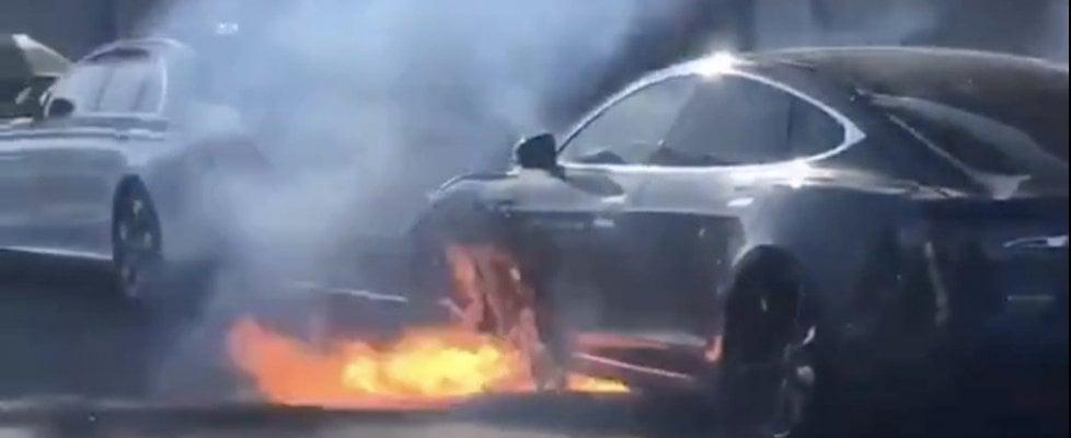 A fuoco la Tesla della famiglia McCormack, sui social è polemica