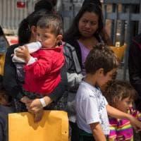"""Usa, si aggrava la crisi dei bambini migranti separati dai genitori: """"Rinchiusi in gabbie"""""""