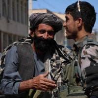 """Voglia di normalità in Afghanistan, ma per i Taliban vietati anche i """"selfies"""""""