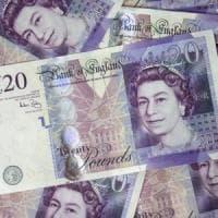 Gran Bretagna, i pagamenti in bancomat superano il contante