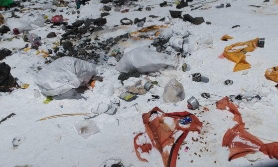 """Addio montagna immacolata, l'allarme sull'Everest: """"E' diventato una discarica"""""""