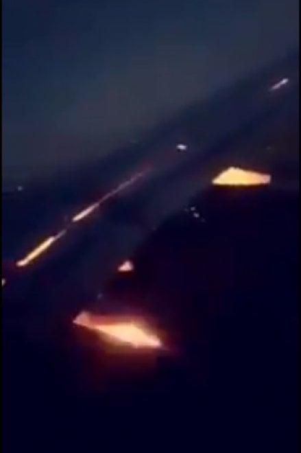 Mondiali, panico per l'Arabia Saudita: l'ala dell'aereo prende fuoco