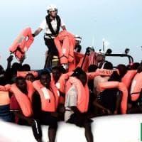 Migranti, polemica Salvini-Toscani sulle foto della campagna Benetton