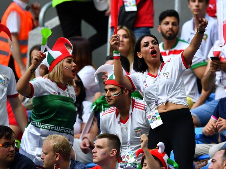 Iran, le tifose si scatenano sugli spalti senza il velo