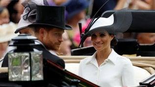 In carrozza, con piuma e cappello:il debutto di Meghan a Ascot