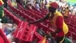 Senegal / Giapponei tifosi pulisconolo stadio dopo match