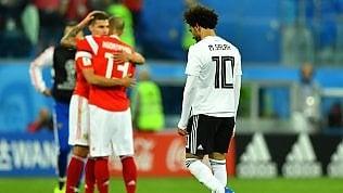 Russia vede gli ottavi:3-1 all'Egitto di SalahÈ festa per il Senegal,Polonia sconfitta 1-2Brasile, scatta allarme per infortunio Neymar