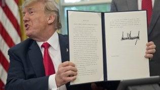 Trump cede a pressioni: firma l'ordine esecutivo per riunire le famiglie degli immigrati video