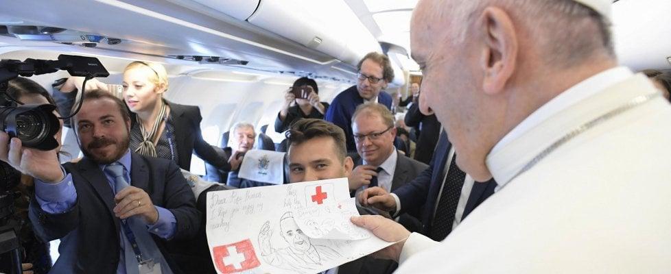 """Il Papa: """"Accogliere i migranti, ma con prudenza. Ora un piano per l'Africa"""""""