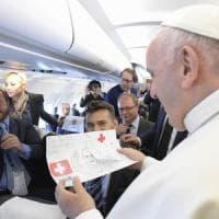 """Intervista al Papa: """"Accogliere i migranti, ma con prudenza. Ora un piano per l'Africa"""""""