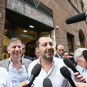 """Salvini: """"Invito Saviano in Calabria"""". Ma lo attacca sui social. La replica: """"Lascio le passerelle ai politici piccoli"""""""