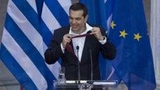 RepTv  Missione compiuta, la crisi è alle spalle. E Tsipras mantiene la promessa: indossa la cravatta