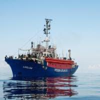 Dopo la Lifeline, bloccati anche 110 migranti davanti al porto di Pozzallo su un...