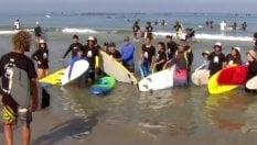 Il tuffo da record dei mille surfisti