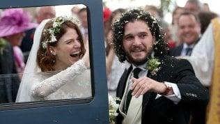 "Game of Thrones, nozze ""reali"": Jon Snow sposa Ygritte fotoVideo La corsa tra i petali"