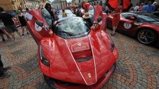 Cavalcade, il Barnum delle Ferrari fa show in Val d'Aosta