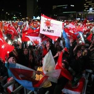 Erdogan oltre il 50%, la Turchia in piazza per festeggiare la nuova vittoria del Sultano