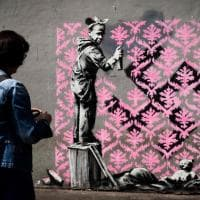 Parigi, i nuovi murales di Banksy per i migranti