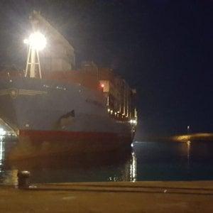 Migranti, a mezzanotte attracca a Pozzallo il cargo danese fermo da giorni davanti al porto