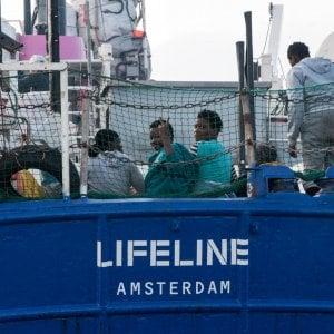 """Migranti, Macron: """"Lifeline ha agito contro tutte le regole"""". La ong: """"Malta ci impedisce ancora di attraccare"""""""