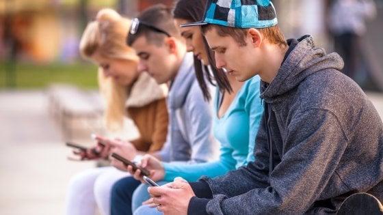 Italiani, sempre più smartphone-mania: il 61% li usa a letto, il 34% a tavola