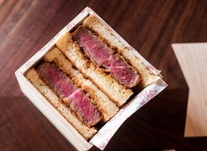 A Wall Street il ristorante che vende solo panini con wagyu beef  (a 185 dollari)