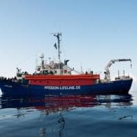 Migranti, italiani spaccati sul respingimento dei barconi. Sì all'accoglienza, ma se lavorano gratis