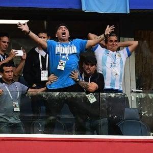 """L'ingombrante Maradona: segna Messi ma il """"pibe de oro"""" è sempre lui"""