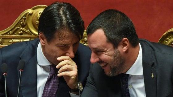 """Migranti, alla Libia 12 motovedette. Salvini attacca Macron: """"Fa il matto, mai vista carezza al Papa"""""""