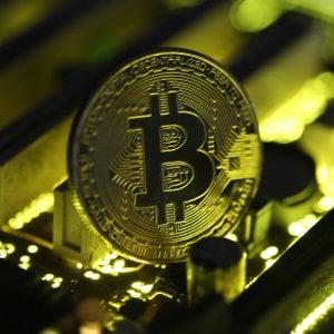 Bitcoin, la moneta prodigio scende sotto quota 6mila dollari