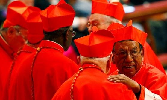 """Papa Francesco e 14 nuovi cardinali in visita da Ratzinger. Il monito: """"Attenti agli intrighi di palazzo"""""""