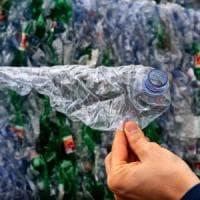 """""""Dateci le vostre bottiglie faremo rivivere la plastica"""""""