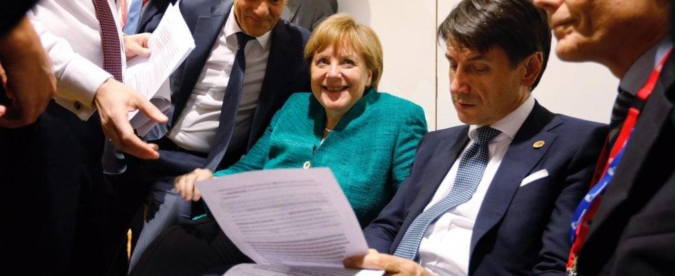 Il vertice di Bruxelles si sblocca a notte fonda: accordo di tutti i 28 leader anche sui migranti