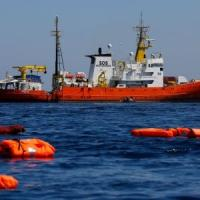 Migranti, nuovo naufragio nel Mediterraneo: morti 3 bambini, 100 i dispersi. L'Italia chiude i porti alle Ong