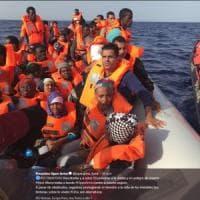 Migranti, Open Arms con 59 migranti verso Barcellona. L'accusa: