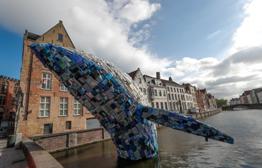Una balena di plastica grande come un grattacielo