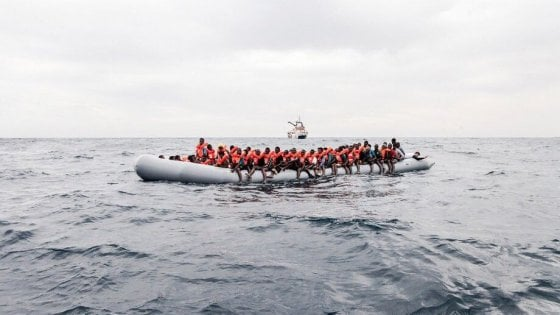 Nuovo naufragio, 63 dispersi. Emergenza in centri Libia - Cronaca
