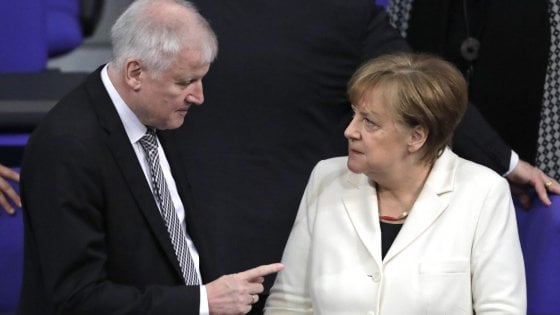 Germania, si spacca il governo: leader Csu respinge proposta Merkel sui migranti e si dice pronto a lasciare