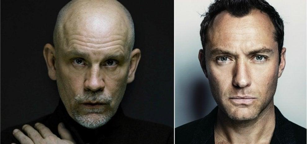 """'The New Pope', John Malkovich entra nel cast accanto al """"giovane"""" Jude Law"""
