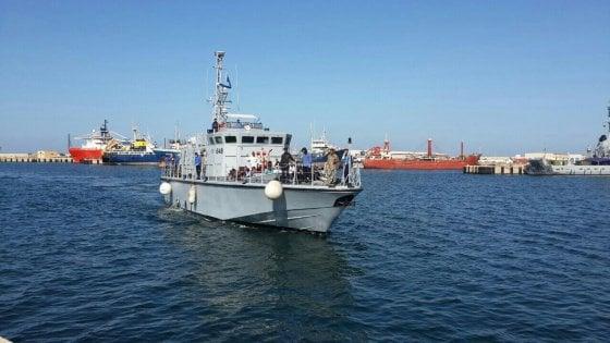 Migranti, 12 unità navali alla Libia: via libera del governo