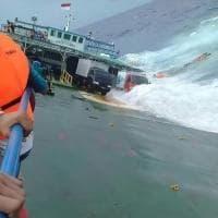 Indonesia, le onde sommergono un traghetto: decine di passeggeri in mare