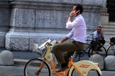 Stretta su cellulari e aiuto per bimbi dimenticati in auto e ciclisti, arriva un Disegno di legge