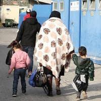 Migranti, stretta di Salvini sulla protezione umanitaria per donne incinte, malati, minori: la circolare inviata ai prefetti