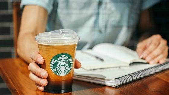 Starbucks, addio alle cannucce di plastica dai suoi caffè entro il 2020