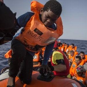 Migranti, il Viminale blocca una nave italiana che ha soccorso 66 migranti