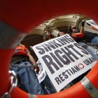 Migranti, salvagente e catene davanti al ministero dei Trasporti: